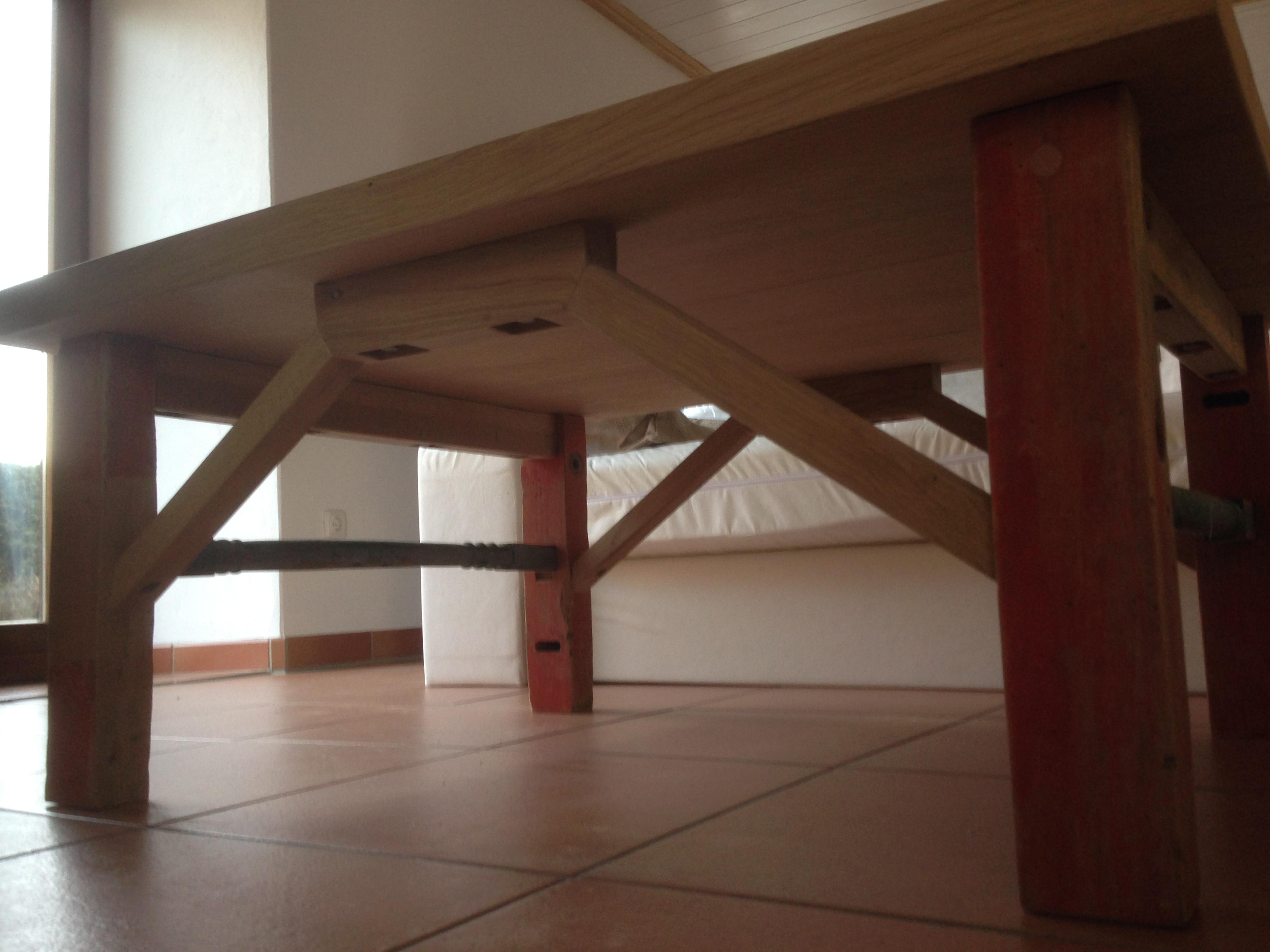 Holztisch aus Dreschwagen gefertigt für Ferienwohnungen Chiemgau
